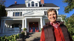 Nicole Guertin in font of the President's Suites Villa in Haileybury. / Nicole devant la Villa des Suites des Présidents à Temiskaming Shores