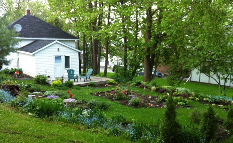 Very peaceful back yard off the Little Crooked House with patio / Cour arrière de la Petite maison croche avec patio