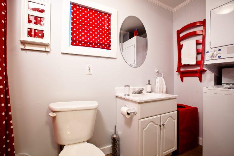 Full bathroom in the Little Crooked House with washer and dryer / Salle de bain complète dans la Petite maison croche avec laveuse et sécheuse