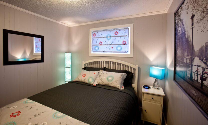 Bedroom of the Little Crooked House with queen size bed / Chambre de la petite maison croche avec lit queen