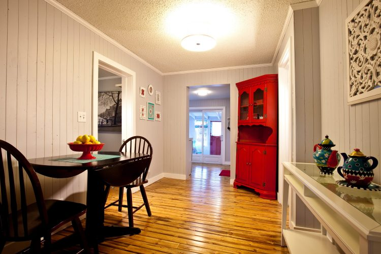 Dining room of the Little crooked house. Perfect for one person or one couple / Salle à manger de la Petite maison croche. Parfaite pour une personne ou un couple.
