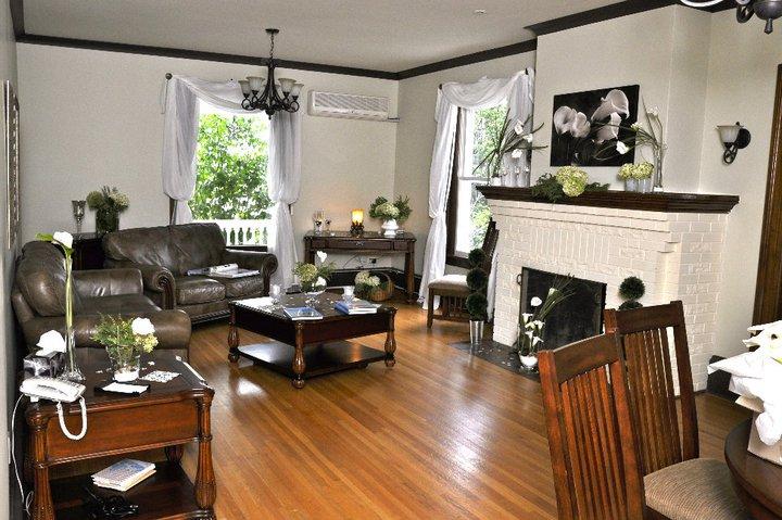 Ferland Suite decorated living room / Salon décoré de la suite Ferland