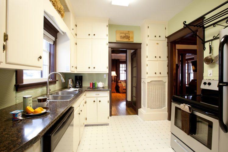 Fully equipped kitchen of the Guest house. Adjacent to dining room. / cuisine de la Maison d'hôtes des Suites des Présidents