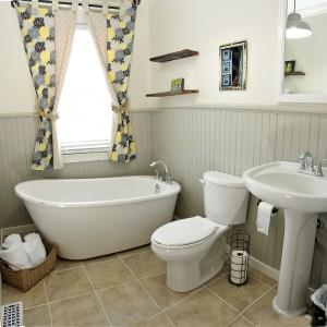 2nd floor bathroom. The Prospector's house has a total of 6 bathrooms. / La salle de bain du 2e étage. La Maison des prospecteurs a un total de 6 salle de bains.