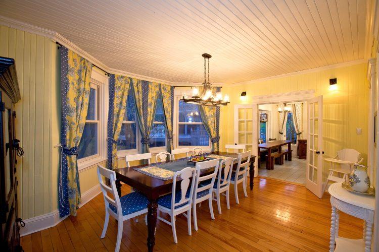 Dining room of the Lumber Baron's house / Salle à manger de la Maison des barons forestiers.