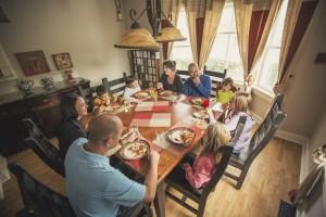 Family enjoying a meal in the Prospector's House dining room / Famille profitant d'un bon repas dans la salle à manger de la Maison des prospecteurs