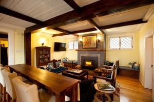 Living room of the Lumber Baron's house with fireplace / Salon de la Maison des barons forestiers avec foyer.