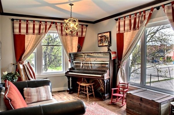 The living room of the Prospector's house with a 1903 piano. / Le salon de la Maison des prospecteurs avec son piano de 1903.