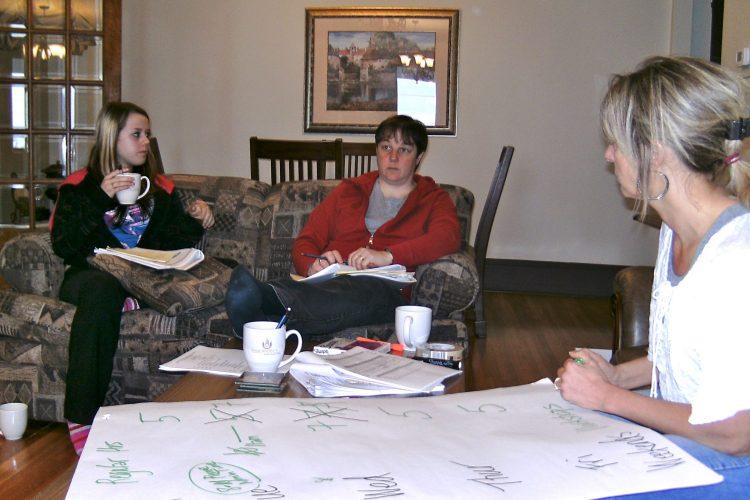 Informal work session in the Ferland Suite of the Presidents' Suites / Session de travail dans la suite Ferland des Suites des Présidents