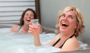 Group enjoying exterior spa at the Presidents' Suites in Haileybury / Groupe appréciant le spa extérieur aux Suites des Présidents à Temiskaming Shores