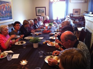 Funeral Stay. Family dinner during a gathering at the Presidents' Suites. Ideal for a funeral stay. / Repas en famille pendant un rassemblement aux Suites des Présidents.