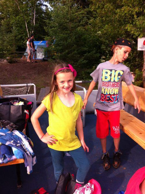 Children having fun on Farr Island. / Enfants qui s'amusent à l'île Farr. Forfait vacances famille initiation à l'anglais