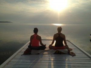 Early morning meditation on the Presidents' Suites private dock on the shores of lake Temiskaming. Great place for wellness stays and retreats / Méditation du matin sur le quai privé des Suites des Présidents au bord du lac Témiskaming.