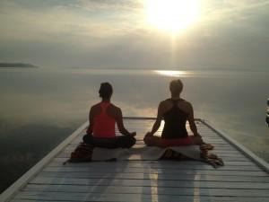 Early morning meditation on the Presidents' Suites private dock on the shores of lake Temiskaming. Great place for wellness stays and retreats / Méditation du matin sur le quai privé des Suites des Présidents au bord du lac Témiskaming.