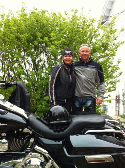 Motorcycle couple during their stay at the Presidents' Suites. in Haileybury. / Un couple en moto pendant leur séjour aux Suites des Présidents.