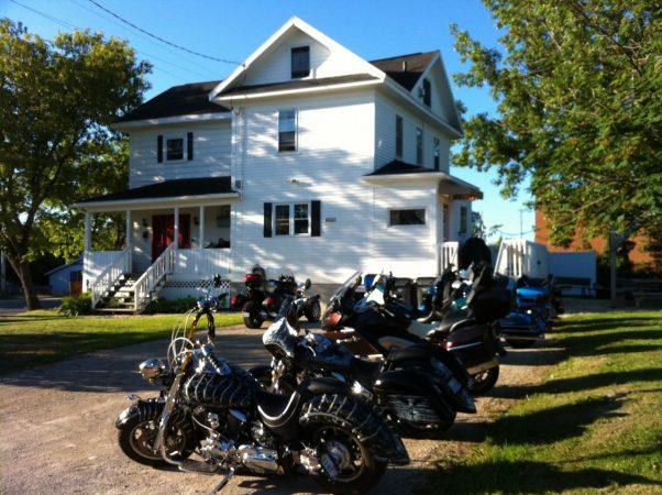 Motorcycle group at the Prospeoctor's House in Haileybury during their Biker's Reunion stay. / Groupe de moto à la Maison des Propsecteurs pendant la Biker's Reunion.