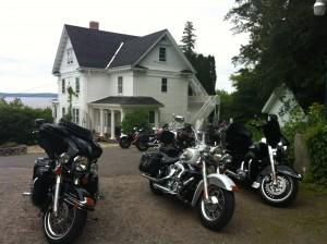 Motorcycle group at the Presidents' Suites Villa in Haileybury / Groupe de moto à la Villa des Suites des Présidents à Temiskaming Shores.