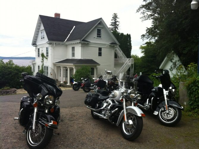 Motorcycle group at the Presidents' Suites Villa in Haileybury / Groupe de moto à la Villa des Suites des Présidents à Temiskaming Shores.