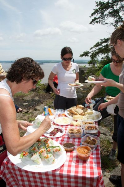 Local food group picnic at Devil's Rock / Pique-nique avec produits locaux au rocher du diable à Temiskaming Shores.