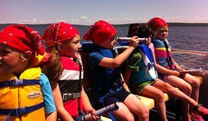 Pirates heading to Farr Island for the treasure hunt / Pirates en direction de l'île Farr pour la chasse aux trésors