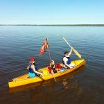 Pirates paddling to Farr Island for the treasure hunt / Des Pirates en route vers l'île Farr pour la chasse aux trésors