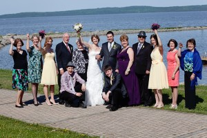 Destination wedding family picture at the Haileybury marina pavilion / Photo de famille d'un mariage à destination à Temiskaming Shores