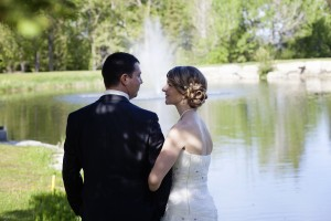 Perfect wedding picture in front of the Haileybury golf course fountain / photo parfait de mariage devant la fontaine du club de golf de Haileybury