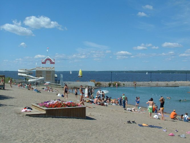 The Haileybury beach and water slide part of the Haileybury waterfront. The Presidents' Suites is located a few minutes walking distance from the waterfront. / La plage publique et glissade d'eau de Haileybury. Les Suites des Présidents sont à quelques minutes de marche du bord de l'eau.