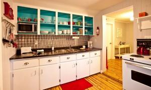 Kitchen area of Little Crooked house, a vacation rental property, with eclectic design / cuisine de la Petite maison croche avec design éclectique