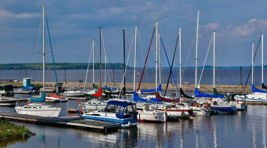 The sailboats at the Haileybury waterfront just a few minutes away from the Presidents' Suites. / les voiliers au bord de l'eau à Haileybury est à distance de marche des Suites des Présidents à Temiskaming Shores
