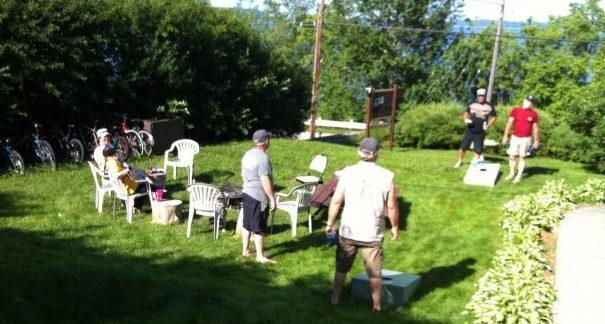 Playing outdoor games between friends at the Presidents' Suites / Groupe d'amis avec des jeux extérieurs aux Suites des Présidents