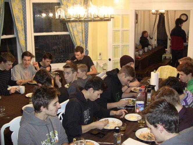 Sport group dining at the Lumber Baron's House / Groupe sportif ayant un repas dans la Maison des barons forestiers