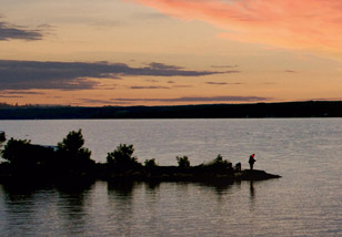 Lake Temiskaming sunset. Nature and outdoors is an important part of the Destination Temiskaming Blog / Couché de soleil sur le lac Témiskaming. La nature est une partie importante du blog Destination Témiskaming.