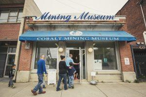 Family visit of the Cobalt Mining Museum. / Visite en famille du musée des mines de Cobalt.
