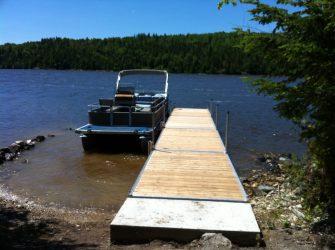Dock at Farr Island with pontoon. The dock is located on the west side of the island. / Quai à l'île Farr avec ponton. Le quai est situé sur le côté ouest de l'île.