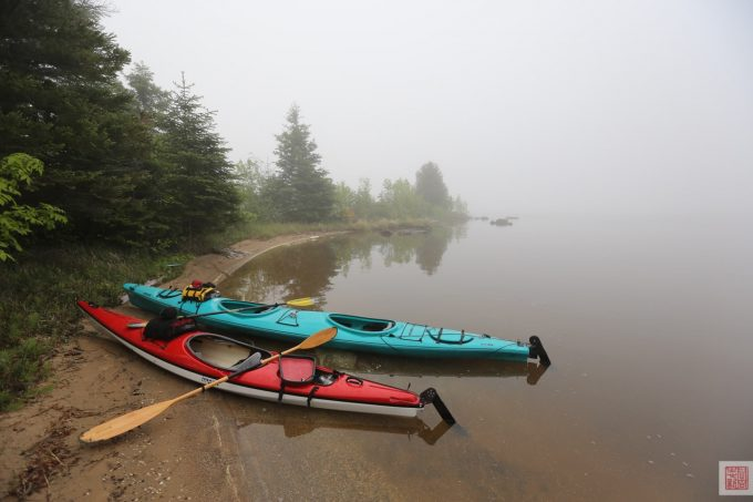 Kayaks at Farr Island on a Foggy Morning / kayaks à l'île Farr par un matin brumeux sur le lac Temiskaming