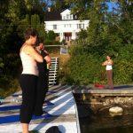 wellness travel - Yoga and meditation on the private dock at the Presidents' Suites in Haileybury. / Yoga et méditation sur le quai privé des Suites des Présidents à Temiskaming Shores
