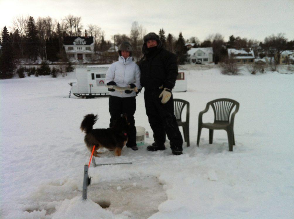 Ice fishing on Lake Temiskaming just across from the Presidents' Suites Villa. / un peu de pêche sur la glace en face de la Villa des Suites des Présidents