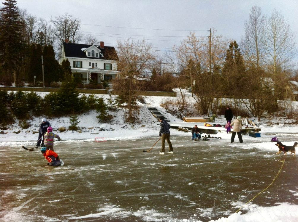 Family enjoying skating rink on Lake Temiskaming right across from the Presidents' Suites / Famille s'amusant sur la patinoire en face des Suites des Presidents